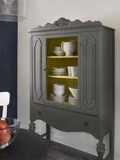 家具に塗装した事例(壁:ポロブルーとムーンライトホワイト、キャビネット内部:マーブルヘッドゴールド、キャビネット外部:ケンドルチャコール)