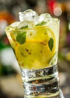 Caipirinha de uva, limão-siciliano e manjericão                                                                                                                                                     Mais Juice Drinks, Drinks Alcohol Recipes, Non Alcoholic Drinks, Bar Drinks, Cocktail Drinks, Healthy Drinks, Beverages, Liqueur, In Vino Veritas