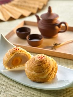 9 Places In Singapore To Get Mooncakes For Mid-Autumn Festival 2015 Japan Dessert, Chinese Cake, Mooncake Recipe, Bean Cakes, Vegan Junk Food, Hotel Food, Cake Packaging, Mid Autumn Festival, Moon Cake