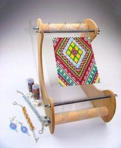 Bead loom Ultimate kit sur Amazon. Un métier à tisser les perles qui se pose sur la table : permet une meilleure lecture des grilles, plus facile d'utilisation. En bois, livré avec perles, fil, grilles....