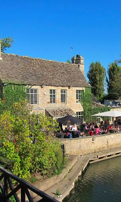 The Perfect Trip to Oxford: Things to Do & Where to Stay - Eat at The Trout, a 17th century pub nestled right on the banks of the River Thames, and is said to have inspired Lewis Carroll to Collin Dexter! The food is great and the ambiance exactly what I pictured a pub in the countryside would be like.