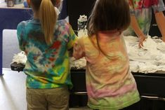Don't be afraid to tie dye with preschoolers - here are tons of tips for how to do it