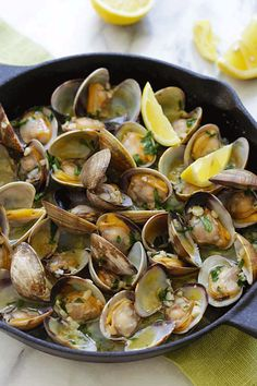 Sauteed Clams - Skillet clams with loads of garlic butter, white wine and parsley. The easiest sauteed clams recipe ever, 15 mins to make. Clam Recipes, Shrimp Recipes Easy, Spicy Recipes, Wine Recipes, Seafood Recipes, Asian Recipes, Creamy Honey Mustard Chicken, Steamed Clams, Cooking With Beer