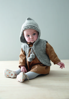 Layette 2016 : Pour envelopper votre bébé de douceur et de chaleur, tricotez-lui ce joli gilet sans manches à capuche réalisé en jersey et torsades !