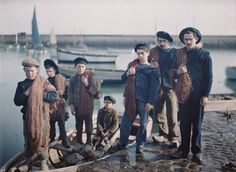 Le départ pour la pêche de M. Masson fils avec son équipe de marin pêcheurs. Roscoff (Finistère), 6 avril 1920. Autochrome de Georges Chevalier. © Musée Albert-Kahn-Haut-de-Seine.