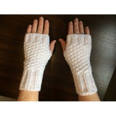 White mittens in double point of rice. Knit Mittens, Knitted Gloves, Fingerless Gloves, Knitting Accessories, Winter Accessories, Winter Headbands, Single Crochet Stitch, Wrist Warmers, Crochet Poncho