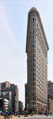 Flatiron Building, New York Un de mes monuments préféré ! Le must : s'installer sur les tables en face au milieu du carrefour pour l'observer !