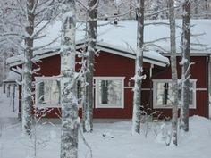 Talvella tarkenee lämpöisessä tuvassa. Ympärillä kansallispuiston luminen luonto.