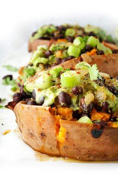 Looking for a super tasty meatless meal? These black bean stuffed sweet potatoes with an avocado creme are the ultimate heart-healthy make-ahead vegan meal. Perfect option for meal prep during those busy weeks! Heart Healthy Recipes, Veggie Recipes, Veggie Food, Avocado Creme, Yummy Food, Tasty, Sweet Potato Recipes, Vegan Stuffed Sweet Potato, Vegan Dishes