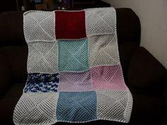 Manta feita em grandes squares colorida.