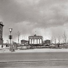 1950 - Pariser Platz, Berlin: The Brandenburg Gate stands alone - Ernst Hahn/Signalberg GmbH