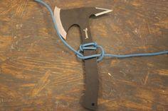 パラコードは丈夫で摩擦や水などに強く、クッション性もあるので、ナイフなどのギアのグリップに最適。きちんと握れて滑らないので、ギアの使い勝手がアップします。いざという時は、ほどけ...