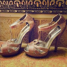 Glittering gold shoes 5.5 Glittering silver shoes with gold color 5.5 great condition Sexyshoes Shoes