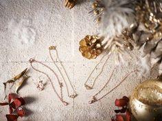 ENUOVEからX'mas限定ジュエリーが登場。女性を美しくするといわれている恋愛の石ローズクォーツに、ダイヤモンドを施したシンプルでかわいいデ ザイン。/CarinA(ENUOVE)¥23,100~¥29,400 /piko 金沢 TEL:076-232-8818/Tatemachi Christmas Collection