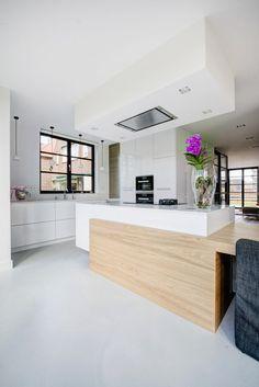 Martin Van Essen Keukens & Interieurs - Moderne strakke keuken met hout