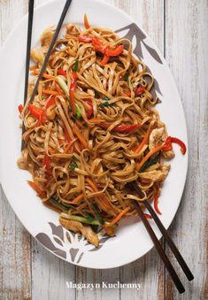 Makaron chow mein z warzywami i kurczakiem Chow mein noodles with vegetables and chicken & Makaron chow mein z warzywami i kurczakiem The post Makaron chow mein z warzywami i kurczakiem & kuchnia chinska appeared first on Patisserie . Meat Recipes, Asian Recipes, Dinner Recipes, Cooking Recipes, Healthy Recipes, Ethnic Recipes, Chow Mein, Spaghetti, I Foods
