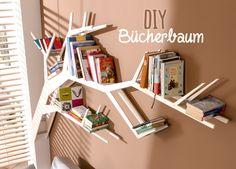 Dieses DIY Bücherbaum-Regal ist ein richtiger Blickfang. Die Anleitung findet ihr in unserem Ratgeber - einfach das Bild anklicken!