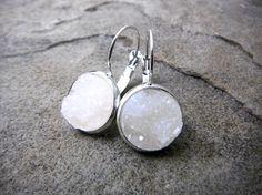 Kleine witte Druzy oorbellen met witte oorbellen, Crystal Oorbellen, Faux Druzy oorbellen, edelsteen oorbellen van ebben hout steen oorbellen van ebben hout Leverback Oorbellen