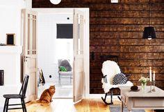 Olohuoneen seinä on päällystetty kuusilankuilla, joiden pinta on jätetty karkeaksi ja käsitelty öljyllä. | Vanhan talon malliin | Koti ja keittiö | Wilma Custers/Features & More | Kuva Krista Keltanen