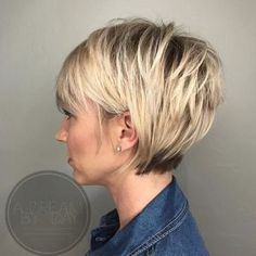 29 Trendige Kurzhaarfrisuren Für 2020 These are the best trendy short hairstyles for 2020 that are fantastic for both you and your style. Of course, you have to choose a style that improves you Short Bob Haircuts, Curly Bob Hairstyles, Undercut Hairstyles, Easy Hairstyles, Modern Hairstyles, Curly Hair Styles, Natural Hair Styles, Short Hair Undercut, Shaggy Short Hair