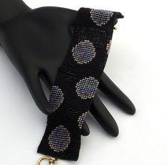 Cette taches caractéristiques bracelet de perles delica rouge mat transparent, décrites dans lhex noir et de petites taches de perles delica cristal mat transparent sur un fond blanc mat. Le bracelet est fini avec un fermoir en étain plaqué argent antique.  Ces bracelets se faire remarquer. Chaque perle dans cette pièce est cousue dans lunité pour un produit fini qui se comporte comme un morceau de tissu et est tout aussi confortable à porter.  SIL VOUS PLAÎT NOTE *** Ce bracelet est fait…