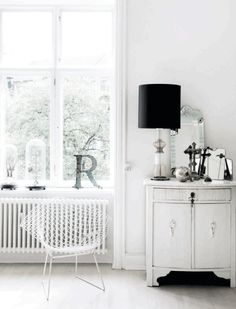 And by stories I mean that amazing black and white gallery wall and the washed out blue sofa. A gorgeous apartment with lots of white and other neutral colors. Somehow, a modern shabby chic space? femina.dk