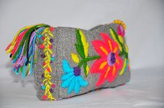 Risultati immagini per bordado mexicano paso a paso Hand Embroidery Projects, Embroidery Bags, Hand Embroidery Designs, Floral Embroidery, Embroidery Stitches, Embroidery Patterns, Stitch Patterns, Fiber Art Quilts, Mexican Embroidery