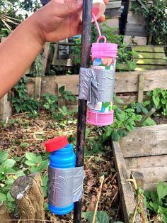 """Wenn dein Kind im Garten oder im Hof Seifenblasen pusten will, befestige das Döschen mit Panzertape an einer <a href=""""https://twitter.com/DanielHugill/status/876430518182715393"""" target=""""_blank"""" data-skimlinks-tracking='4751769'>Stange</a> oder an einer Wand. So läuft nichts aus, und dein Kind regt sich nicht nach 5 Minuten auf, dass die Seifenflüssigkeit aufgebraucht ist."""