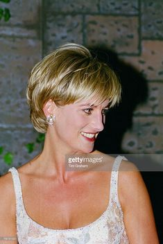 June Diana, Princess of Wales attends a private viewing of her dresses to be auctioned at the famous auction house Christie's in New York. New York, USA. RoyalDish - Diana Photos - page 144 Princess Diana Hair, Princess Diana Pictures, Royal Princess, Prince And Princess, Princess Of Wales, Short Layered Haircuts, Short Hair Cuts, Short Hair Styles, Diana Haircut