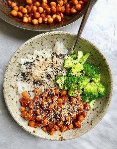 This Maple Sriracha Chickpea recipe is super easy to make but is still packed with protein and flavor. I know that not everyone loves tofu, which is why I am… Chickpea Recipes, Tofu Recipes, Vegetarian Recipes, Healthy Foods To Eat, Healthy Dinner Recipes, Healthy Eating, Sriracha Tofu Recipe, Jasmine Rice Recipes, Turkey Burger Recipes