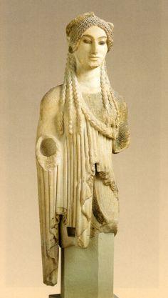 Kore 674, la más típica del período Arcaico maduro, aparece la nueva preocupación del trabajo del paño. c. 500 a.c.