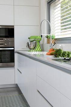 ארונות פורמייקה גבוהים ונמוכים במטבח. החלון פונה לחצר האחורית (צילום: שירן כרמל) Kitchens, Sweet Home, Kitchen Cabinets, Architecture, House, Ideas, Home Decor, Arquitetura, Decoration Home