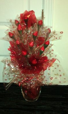 Valentines Day Hershey Kiss Bouquet Valentine Gift Baskets, Easy Valentine Crafts, Valentines Day Party, Valentine Decorations, Valentine Gifts, Food Decorations, Candy Arrangements, Candy Centerpieces, Pinterest Valentines