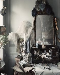 The Dennis Severs House is a ten room original Huguenot house that has been decked out to recreate snapshots of life in Spitalfields, London between 1724 and Master Bedroom - Let's Play Dress Up! Decoration Chic, Decoration Design, Meas Vintage, Romantic Lace, Bohemian Decor, Bohemian Style, Bohemian Homes, Vintage Bohemian, Boho Chic
