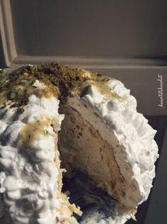 Dolci estivi freddi: interno del Baked Alaska. Cupola di pasta biscotto che racchiude un cuore di cremoso gelato al pistacchio. Il tutto ricoperto da una morbida meringa.  Ricetta: http://dessertetchocolat.blogspot.it/2016/06/baked-alaska.html