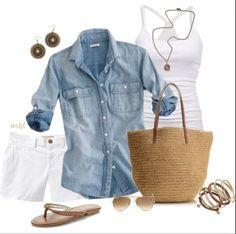 Short blanco con camisa de mezclilla y sandalias. Look de verano