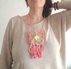 """55 Gostos, 21 Comentários - Pontos e Voltas (@angelapontosevoltas) no Instagram: """"BOLSINHAS LIBERDADE . Tive a ideia de fazer estas bolsinhas, de usar ao pescoço, no dia da…"""" Crochet Necklace, Instagram, Jewelry, Fashion, Liberty, Dots, Ideas, Bags, Tricot"""