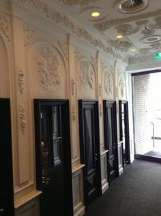 Entree van het Andaz hotel te  Amsterdam. De ornamenten en lijsten zijn geleverd door Het Schippertje.