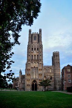 1. ROMAANS PRELUDE / Engeland: de westelijke toren van de Ely Cathedral, is het laatste voorbeeld van een overdadig versierde Romaanse stijl( het portaal en de bovenste delen zijn al gotisch) 12e eeuw en later