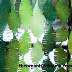 10 ideias de enfeites de papel crepom para o Natal - Tempojunto Plant Leaves, Plants, Christmas Night, Table Seating, Paper Christmas Trees, Cardboard Tree, Mini Christmas Tree, Haunted Forest, Leaves