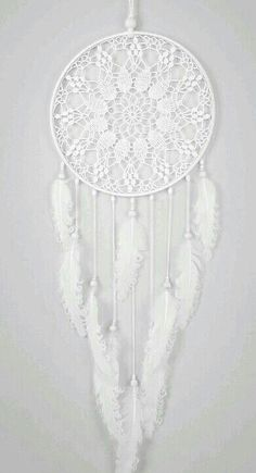 ▷ Ideen für Traumfänger basteln - erfahren Sie mehr über die indianische Tradition un capteur de rêves entièrement blanc avec broderie Dreamcatcher Crochet, White Dreamcatcher, Los Dreamcatchers, Dream Catcher Mobile, Doily Dream Catchers, Dream Catcher Decor, Beautiful Dream Catchers, Diy And Crafts, Arts And Crafts