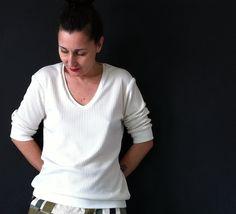 Bequemes, frisches Shirt, mit breiten Bündchen am Saum- und Ärmelende mit V-Ausschnitt    +Dazu passend finden Sie unter folgendem Link den Kapuzen...