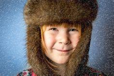 Porträtt taget i studio av en liten flicka som väntar på snö. Snöstormen la jag på i Photoshop :)