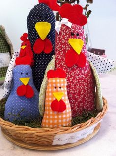 familia-de-galinhas-tecido                                                                                                                                                                                 Mais Arts And Crafts, Paper Crafts, Diy Crafts, Chicken Crafts, Chickens And Roosters, Soft Sculpture, Fabric Dolls, Creative Crafts, Pin Cushions