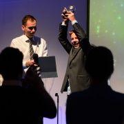...Og Niklas mottar sin pris for Årets Stjerneskudd til stående applaus