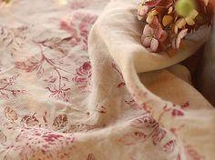 Ľanový obrus z jemnej ľanovej látky s ručne potlačenými pivóniami a ružami