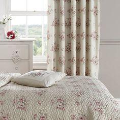 Pro milovníky venkovského vintage stylu jsou závěsy s romantickým květinovým potiskem jako dělané, cena 1330 Kč; Wellmarket