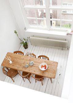 Bright & Vintage House in Amsterdam. An uncluttered and neat bright home in Amsterdam brimming with eclectic vintage finds. (image via vtwonen) Kitchen Interior, Home Interior Design, Interior And Exterior, Room Interior, Modern Interior, Amsterdam Houses, Sweet Home, Deco Design, Design Design