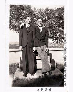« You're my friend » Smily friends from 1936. /// Des amis souriants en 1936. #bromance #friendships #specialfriendship #vintagefashion #1930s