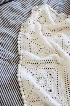 This granny square blanket crochet pattern by Darling Jadore is easy and fun! Crochet your own beautiful, modern granny square blanket to amp up any decor! Crochet Granny Square Afghan, Crochet Squares, Crochet Blanket Patterns, Baby Blanket Crochet, Crochet Baby, Granny Granny, Crochet Cushions, Crochet Blocks, Crochet Pillow